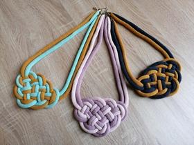Hotové náhrdelníky v rôznych farebných kombináciách